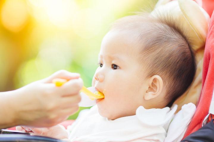 離乳食を食べる7ヶ月の赤ちゃん