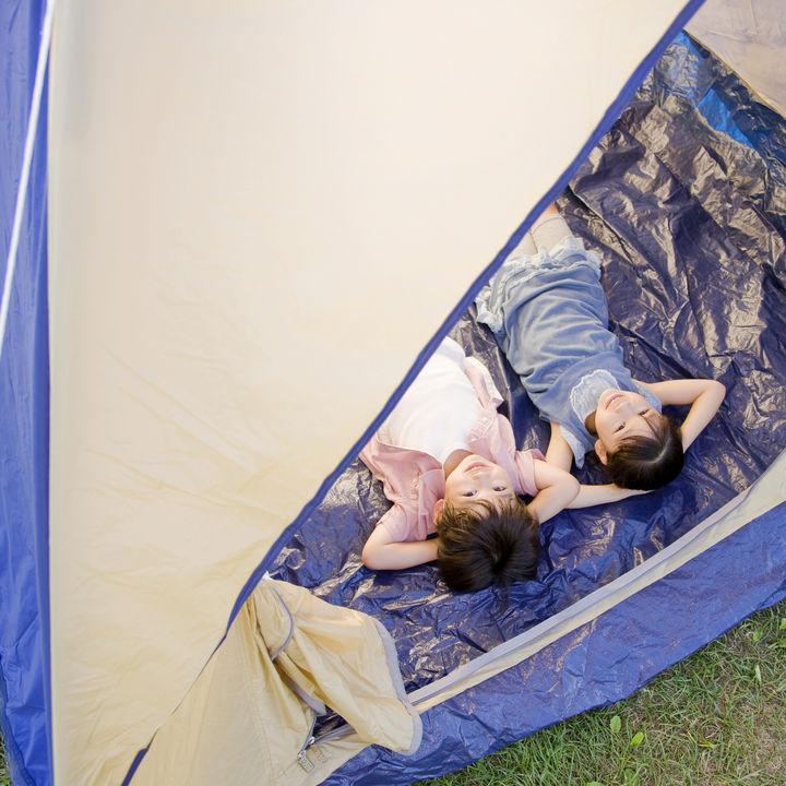 キャンプが楽しくなる子どもの遊び道具。夜や雨の日でも遊べるゲームやグッズなど