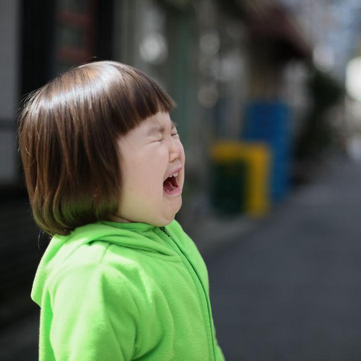2歳児の子どもとお出かけ。買い物や電車で泣く、ぐずるときの対処法