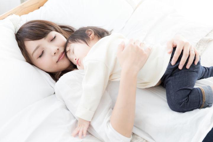 寝かしつけをするママ