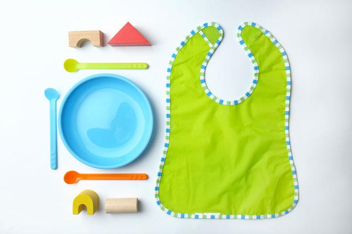 離乳食の食器とエプロン