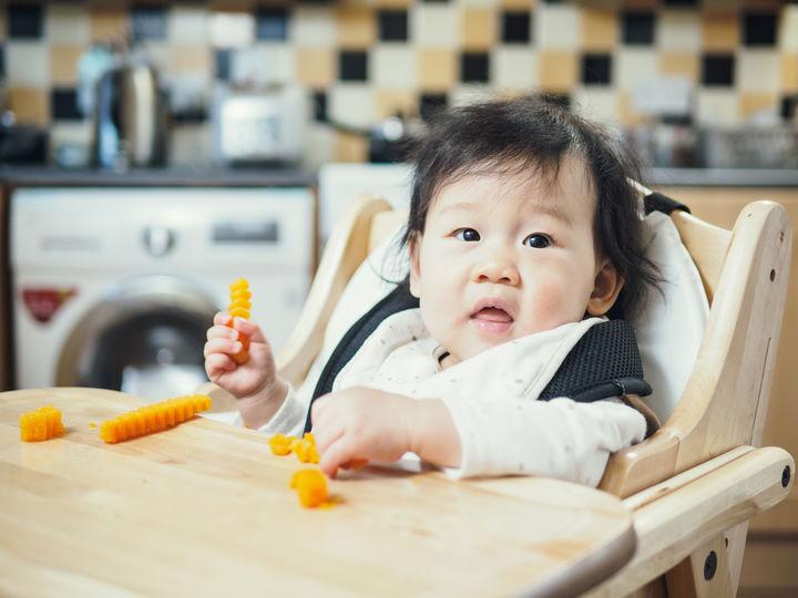 かぼちゃを食べる赤ちゃん