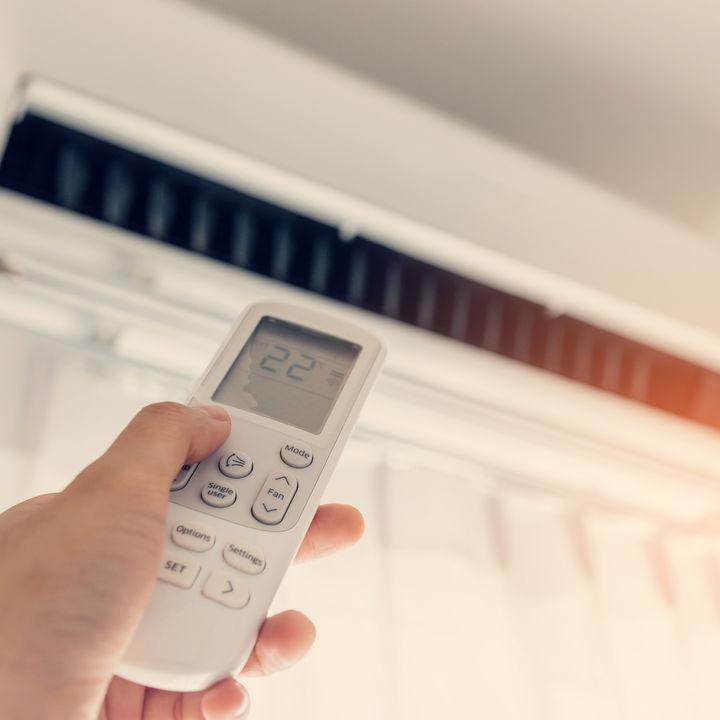 エアコンを使う前に、簡単に掃除をするコツ。裏ワザや楽な手順など
