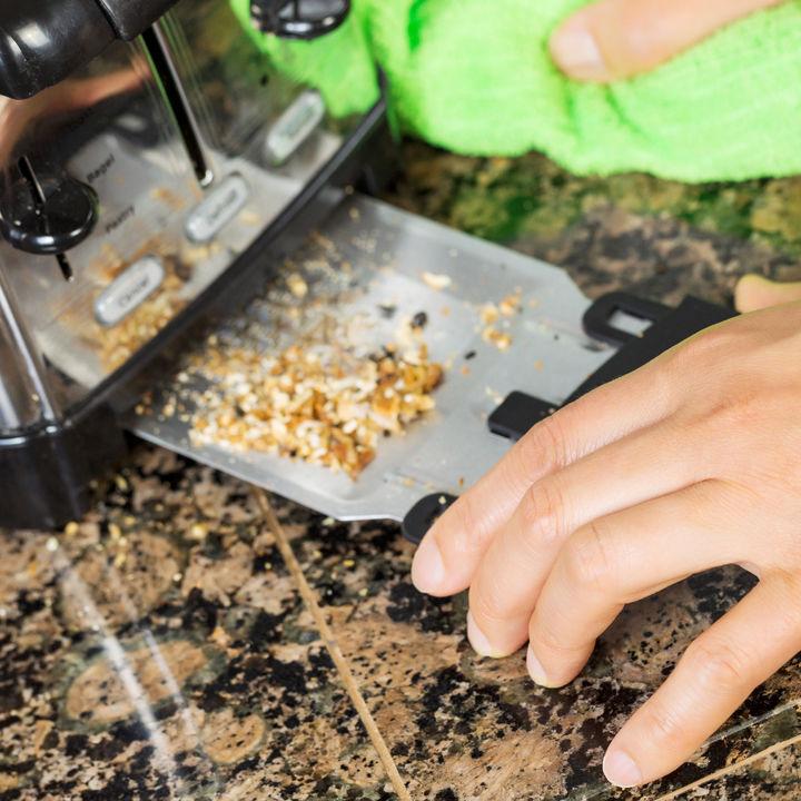 焦げや油汚れがついたトースターの簡単な掃除方法。楽にするコツや裏ワザ、便利グッズを紹介
