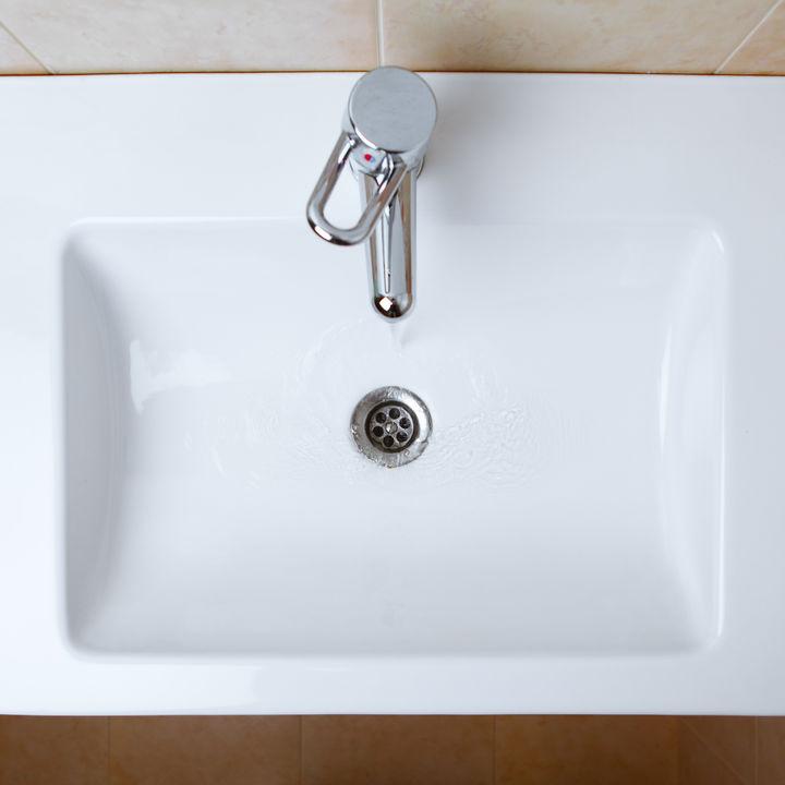 洗面所の排水口掃除を簡単にすませるコツや、汚れを防ぐ方法など