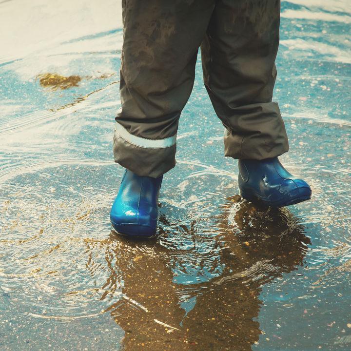 ナイロン素材の子ども用パンツ。アウトドアやスポーツでの着用など
