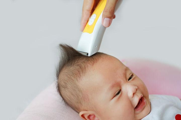 赤ちゃんの髪をかるところ