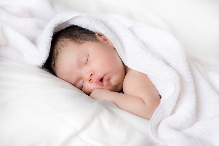 タオルに包まれて眠る赤ちゃん
