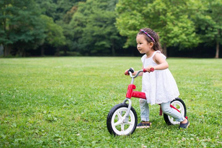 ペダルなし二輪車に乗る女の子