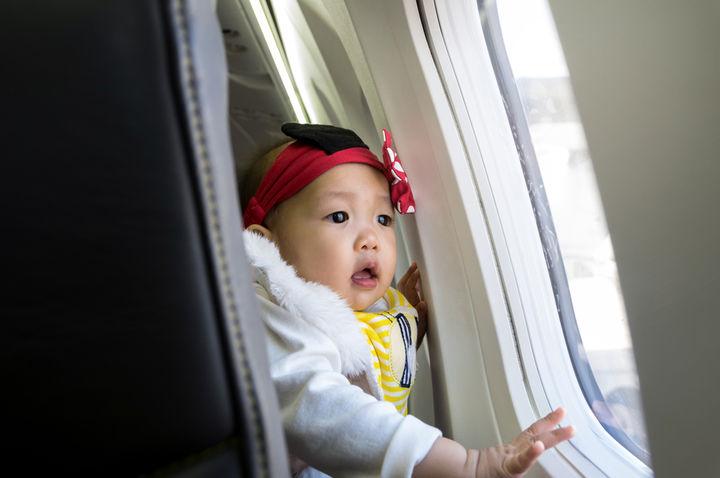 窓を眺める赤ちゃん