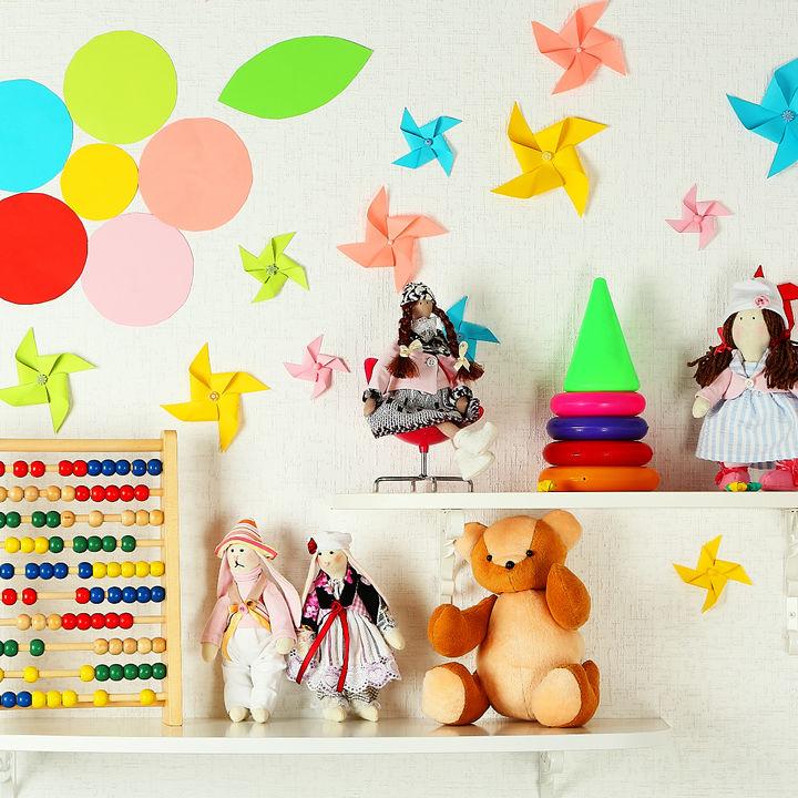 木製の棚やラックなどを使って、おもちゃをおしゃれに収納する方法