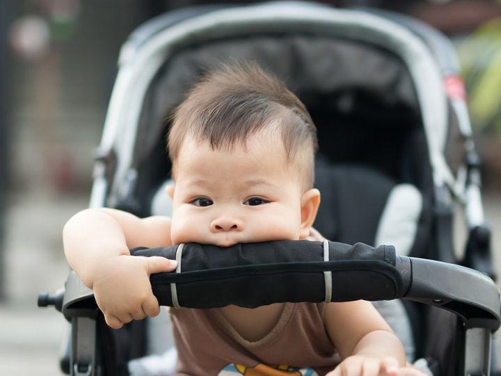 ベビーカーを噛む赤ちゃん