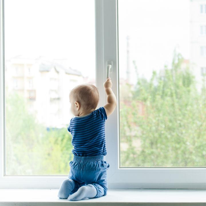 ホコリや子どもの手垢など窓を楽にお掃除。簡単にできる方法や裏ワザなど