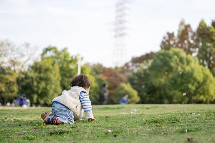 外で遊ぶ赤ちゃん