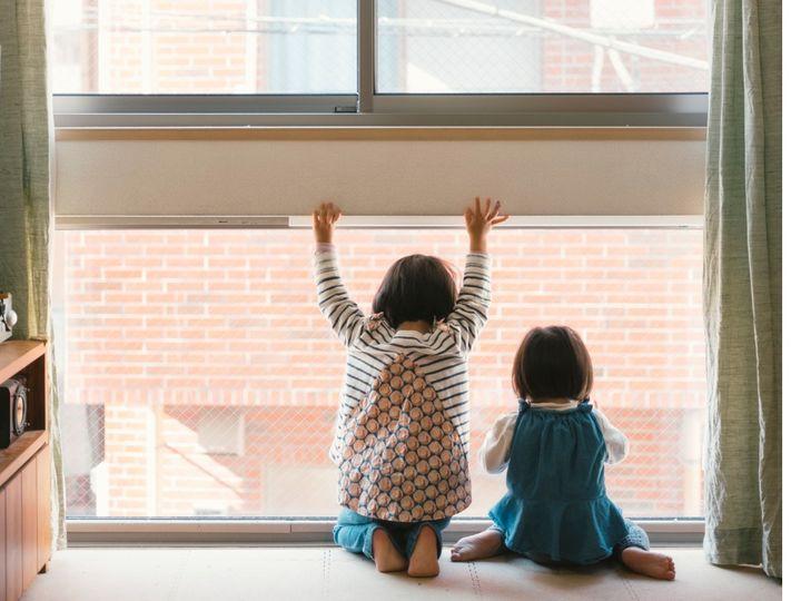 窓を見る姉妹