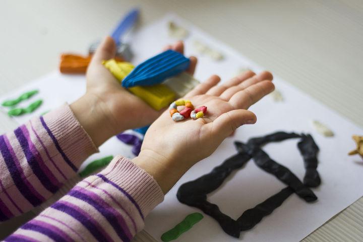 粘土で遊ぶ女の子