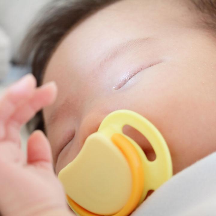 新生児のおしゃぶりはいつから?ママたちにきく、おしゃぶりの選び方や上手な使い方