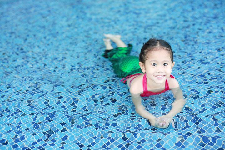 プールで遊ぶ幼児