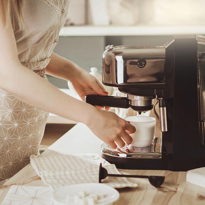 コーヒーメーカーの簡単な掃除方法。外部、内部を清潔に保つためには