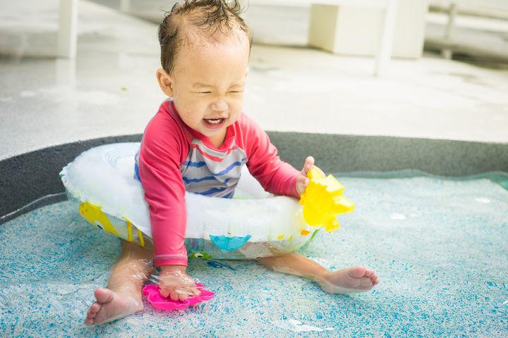 家のプールで遊ぶ赤ちゃん