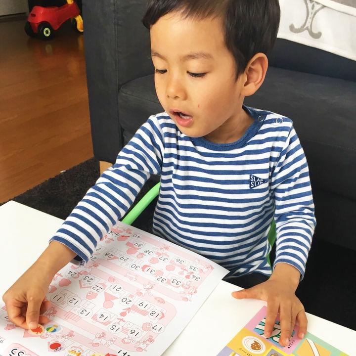 文理の幼児ドリルのシールを貼る子ども