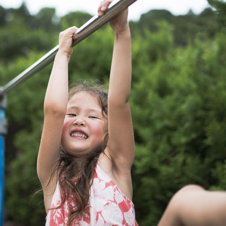 子どもの鉄棒の逆上がりのコツ。蹴上がりやタオルを使った練習方法など