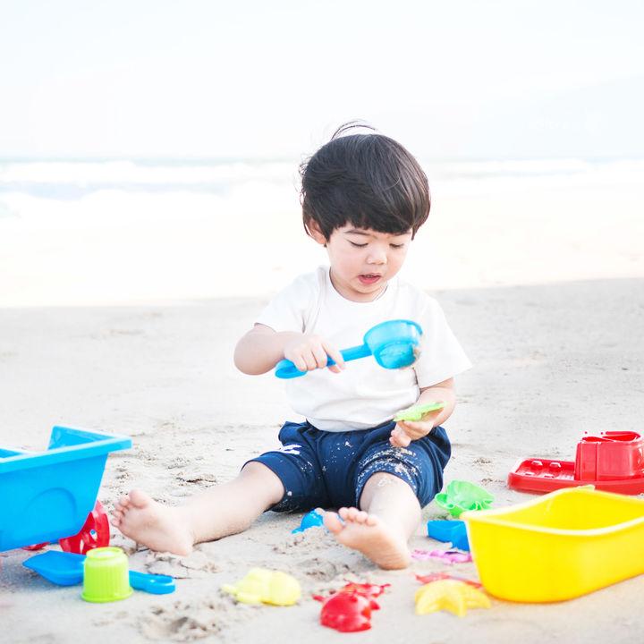 子連れ海水浴での便利アイテムや必需品。子どもと楽しむために準備したい持ち物
