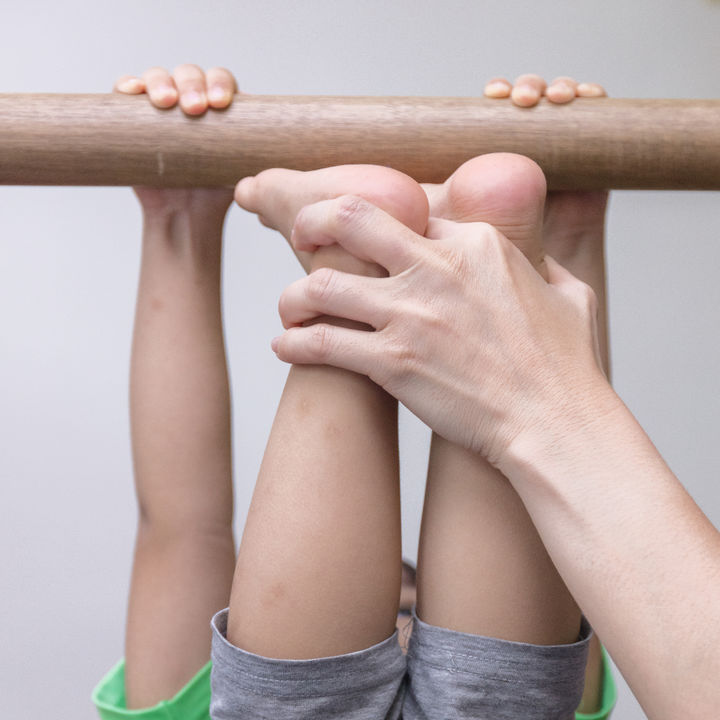 子ども用の室内鉄棒の種類と選び方。鉄棒が楽しくなる練習のコツと注意点