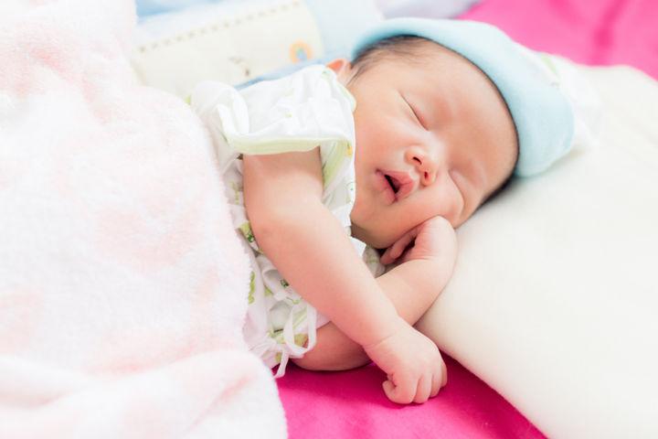 眠る新生児赤ちゃん