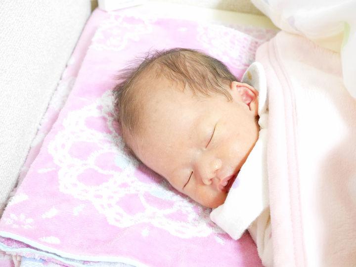 タオル枕で眠る赤ちゃん