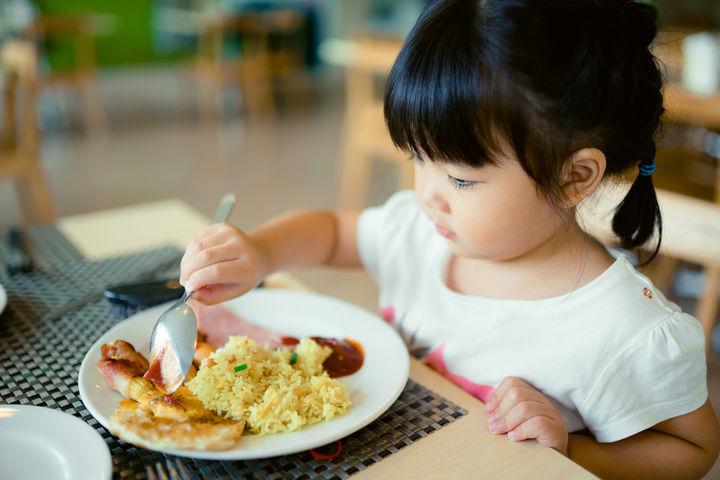 ランチを食べる子ども