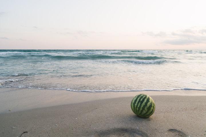 砂浜のスイカ