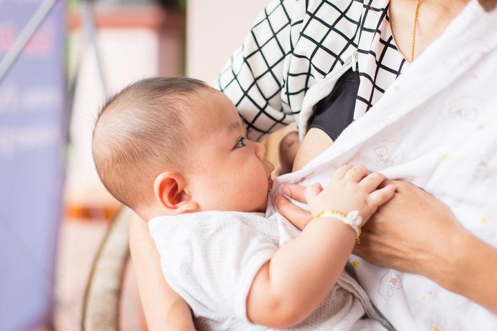 授乳をする赤ちゃん