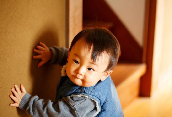 つたい歩きをする赤ちゃん