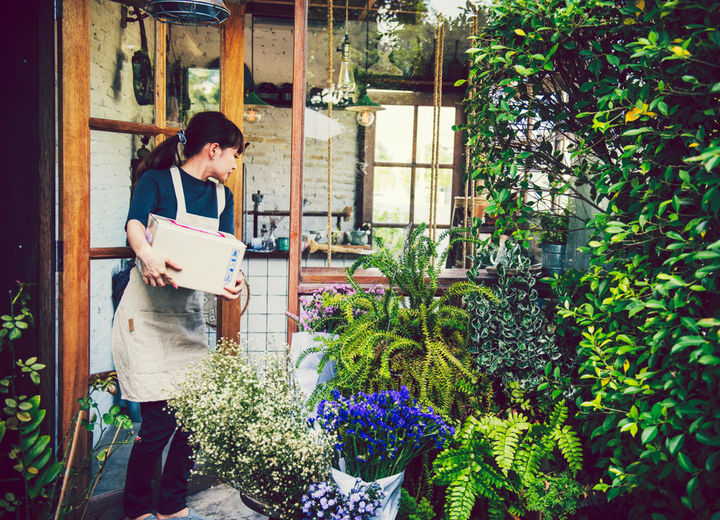 花屋でパートをする主婦