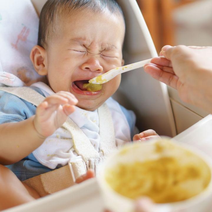 離乳食を食べない赤ちゃんへの対応。飲み込まない、口を開けないなど嫌がる原因や対処法