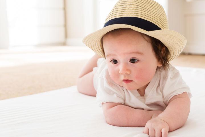 帽子をかぶる赤ちゃん