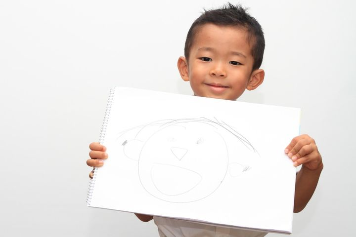パパの似顔絵を書いた男の子