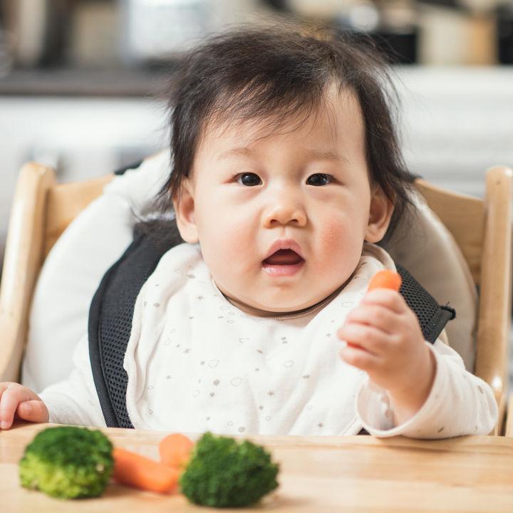 離乳食の手づかみ食べはいつから?野菜を使った人気の手づかみレシピや食べやすくする工夫