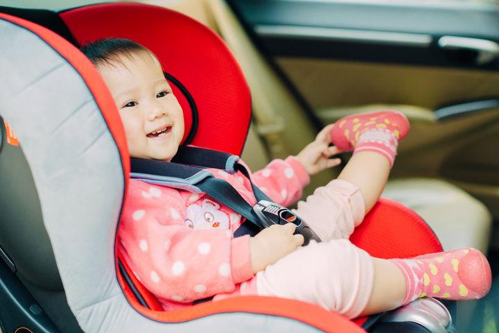 車で旅行の赤ちゃん