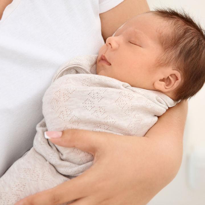 生後1カ月の赤ちゃんの春夏、秋冬の服装とは。サイズなど服選びのポイントも紹介