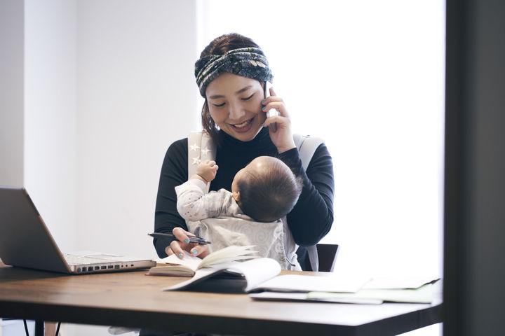 抱っこ紐の赤ちゃんとママ