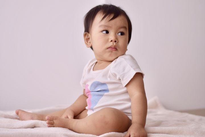 ロンパースの赤ちゃん