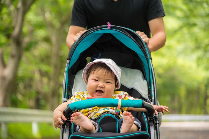 ベビーカーでご機嫌な赤ちゃん