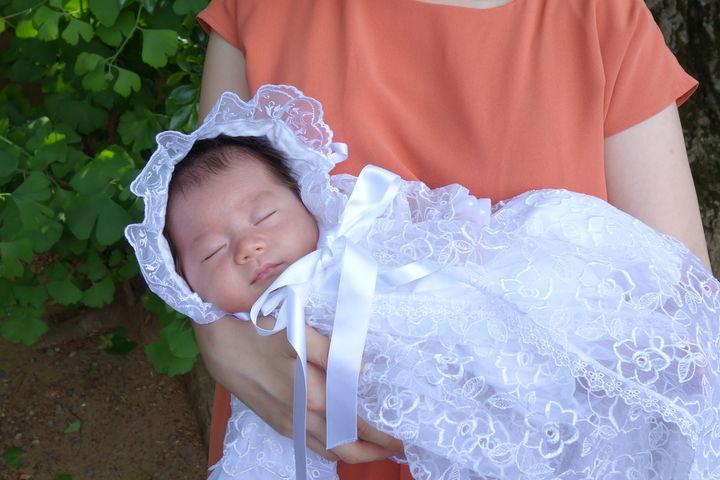 ドレスを着る赤ちゃん
