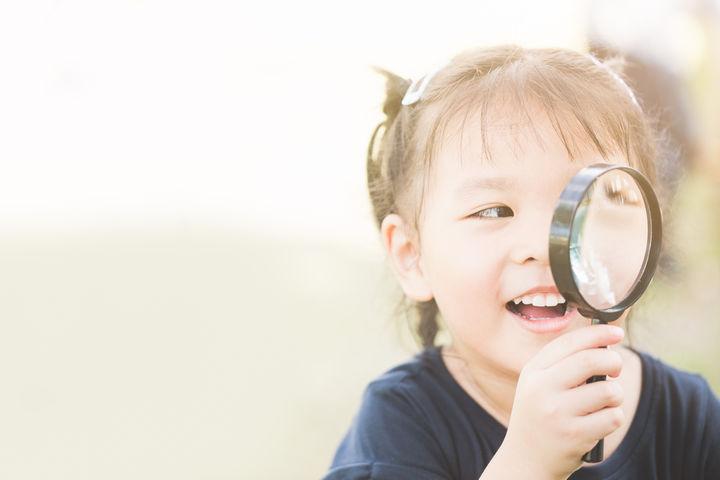 虫眼鏡を使う子ども