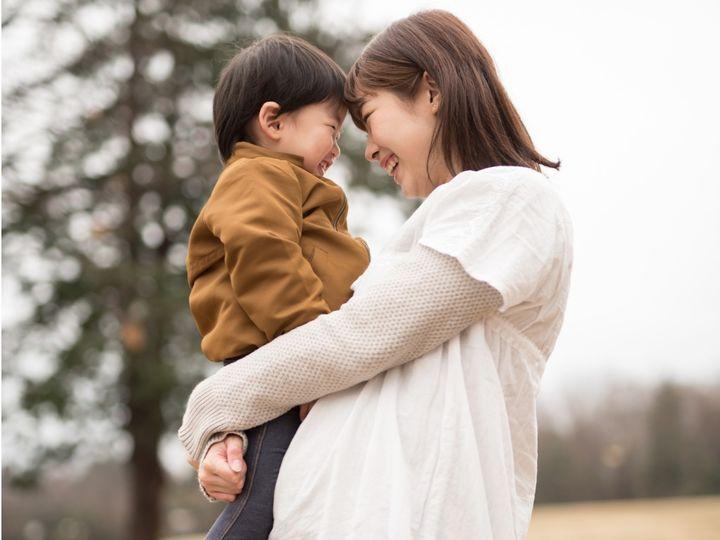 上の子と接する妊婦のママ