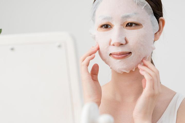 フェイスマスクをするママ