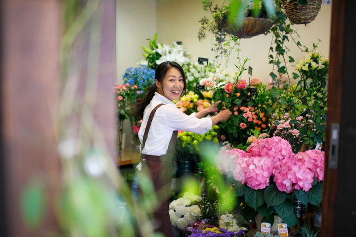 花屋でバイトをする女性
