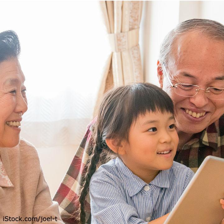 祖父母に孫の写真をプレゼントする方法。どのような写真を贈るかや写真を使ったグッズのプレゼント